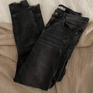 Ett par fina svarta jeans från ZARA med slitningar som detaljer, sparsamt använda 😍 storlek S!