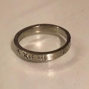 Cool ring med romerska siffror ingraverat, köpt för ca 50kr💞 Betalning via swish
