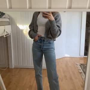 Säljer denna jättefina stickade kofta som är trendig just nu! Köpt på Gina tricot och bara använd en gång. I storlek Xs