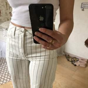 Säljer dessa superfina croppade jeans från River Island. Knappt använda därmed i mycket gott skick. Strl 10 vilket motsvarar typ 36-38 beroende på hur man vill att de sitter 💕💕💕