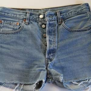 Vintage Levi's 501 jeansshorts i fint skick. Storlek W31.