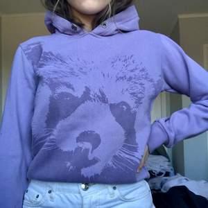 Mysig lila hoodie med en björn på, jättemysig och tycker speciellt luvan sitter väldigt snyggt. 60kr + en liten fraktkostnad som tillkommer