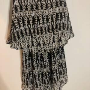 En skön och fladdrig klänning/tunika. Storleken är i XS men då den är såpass fladdrig passar den även S & M.