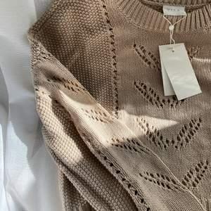 Säljer denna beige tröjan från Vila! Helt oanvänd med alla prislappar kvar. Så så fin topp men har för många likadana. Orginalpris 349kr