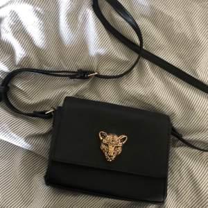 En snygg svart väska med leopard prydnad. Från veromoda, den är rymlig o i gott skick med en dragkedja inuti. Kommer inte till användning då jag har många andra väskor. Säljer för mindre än halva priset av original som var 349 kr😋😋