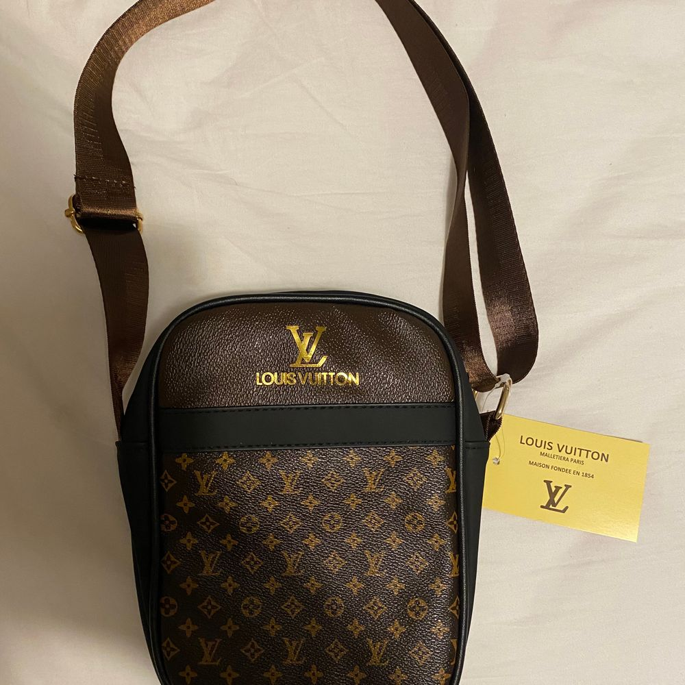 Säljer denna oanvända Louis Vuitton axelremsväska. Bandet är justerbar. A-kopia. Undrar man över något så är det bara att kontakta mig.. Väskor.