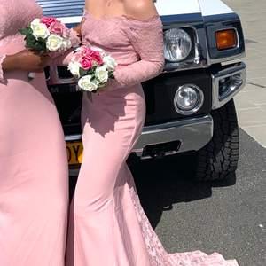 Rosa offshoulder långklänning med släp, i tjockt material alltså inte genomskinlig alls! Saknar lapp men uppskattar den till XSmall. Perfekt till bröllop, bal eller annan fin tillställning🌸 Endast använd 1 gång, fint skick. Säljer för 180kr inkl frakt✨