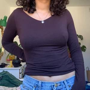 brun långärmad t-shirt från & other stories, använd sparsamt! storlek 38 men visas på en 36a. skriv för fler bilder eller om du har frågor💓