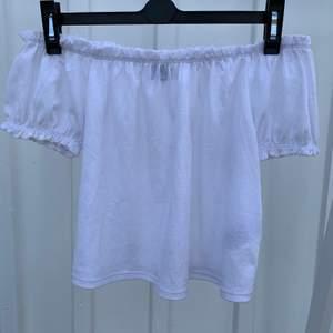 En superfin vit blus ifrån Gina tricot som endast är använd ett par gånger.