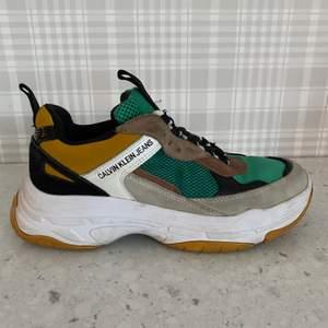 Snygga Calvin Klein sneakers, i bra skick, använt Max 5 gånger. Säljer pga att dom inte passar längre. Köppte den för 1600kr ✨❤️ Köparen betalar frakt☺️