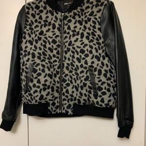 """Säljer denna jackan som har lejopard mönster både bak & fram. Ärmarna är """"skinn"""". Jackan har inte alls använts många gånger och är i bra skick"""
