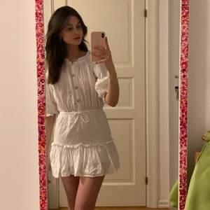 Hej! Jag säljer nu denna supersöta klänning ifrån Sabo Skirt, storlek S! Kan bäras på axlarna eller som jag gillar lite nerhasad på axlarna. Den är köpt för 1000kr+ och jag säljer den för 100kr, sparsamt använd och känns helt som ny!! Perfekt känning inför sommaren <3
