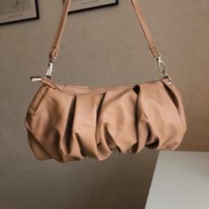 Helt oanvänd väska i beige färg och läderimitation från Shein (nyskick)💘 Längd på band: 45cm. Säljer pga köpte den i fel färg, inget fel på produkten. Frakten påläggs på 63kr💘