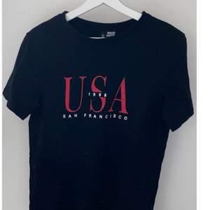 En T-shirt ifrån H&M i storlek S. Använt några gånger, men fortfarande i jättebra skick.