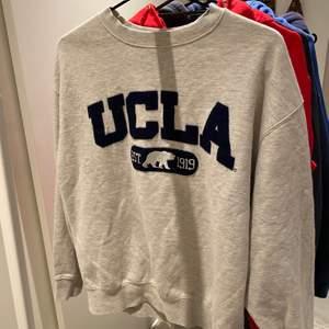 Skitsnygg vintagetröja med UCLA tryck💕 Con: Mycket bra! Startbud på 100kr. Buda i kommentarerna💕 uppskattad storlek:L