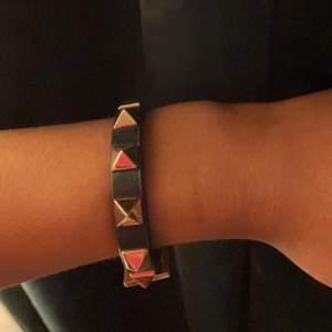 """Hej! Säljer detta valentino """"liknande"""" armband då jag har ett äkta och detta inte kommer till användning."""