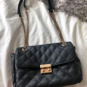 Användbar fin väska i svart kviltad modell med kedjor som axelrem✨🤩💫