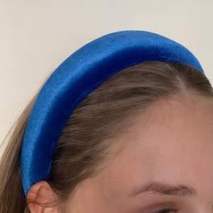 Coolt blått diadem i sammet. I nyskick💖