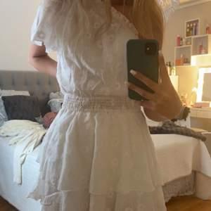 Jättefin vit enärmad klänning i storlek S. Skulle även säga att klänningen passar strl xs 💕Klänningen är oanvänd (endast testad en gång) med lappen kvar 💕 säljer då jag sällan använder klänning tyvärr 💕Om ni har frågor kring klänningen så är det bara att skriva!!💕 Obs pris kan diskuteras!