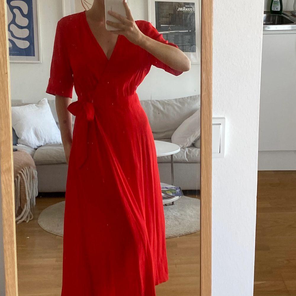 Jättefin röd omlottklänning ifrån &other stories❤️ Strl 36! Knappt använd och i jättefint skick! Buda i dm  eller köp direkt för 300kr+frakt! Högsta bud just nu 200kr+frakt . Klänningar.