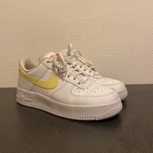 Säljer mina superfina Nike air force 1 som tyvärr aldrig kommer till användning. Köpta i vintras och är väldigt sparsamt använda. Frakt: 66kr, spårbar. Nypris: 979kr⚡️