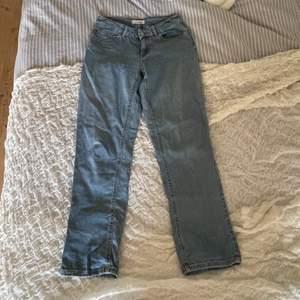 Mid waist jeans från pimkie storlek 36, dessa byxor är använda men fortfarande i bra skick!! Dem sitter lite tight vid låren men lösa längst ner! Fler bilder kan jag fixa om du meddelar