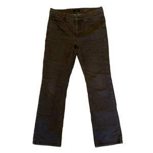 Fina bruna jeans med detaljer på bakfickorna. Bra skick, inga defekter.