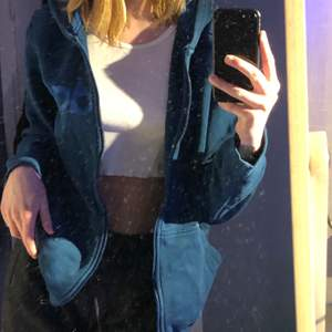 Jätte skön zipup hoodie från Adidas. Bra kvalite inga fel med den! Säljer då den inte kommer till användning.❤️pris diskuteras privat!