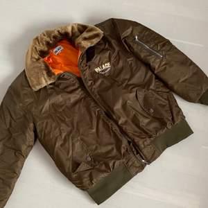 PALACE Peace Amore SS19 jacket med isolerat foder. pälsdukfoder är avtagbart. Den är knapp använd och är på  nyskick. Kan passa båda kön. Pris på stockx ligger runt på 1600-1700kr. Skriv gärna för fler bilder eller frågor.