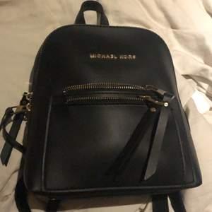 Säljer min äkta Michael kors väska, det är en ryggsäck. Den är liten och gullig. Köparen står för frakten