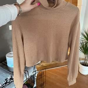 ♥️ Croppad turtleneck tröja i nude/brun färg från märket SHEIN. Frakt tillkommer♥️