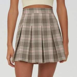 En beige och smått rosa kjol köpt på Zalando för 300kr. Aldrig använd då den var för liten för mig. Frakten avgörs av vikten på plagget. Frakt: 44kr