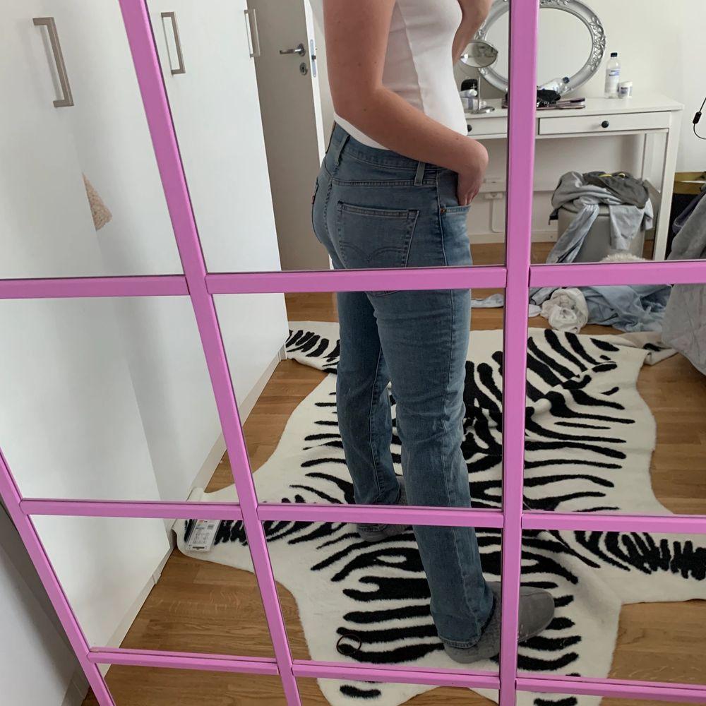 """Lågmidjade Levis jeans 511"""". Köparen står för frakt. Jag är 168cm . Jeans & Byxor."""