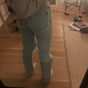 Säljer ett par skit snygga långa jeans. Jag är 1,70 och passar i längden för mig. Buda från 150kr