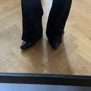 Cowboy boots i skinn från Carin Wester i storlek 36. Jag brukar vanligtvis ha 37 så dessa är något stora i storleken. Köparen betalar frakten 😇