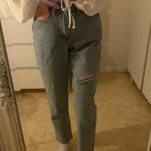 Snygga mom jeans med en hål på övre låret. Köparen står för fraktkostnaden, kontakta för fler frågor och bilder❤️