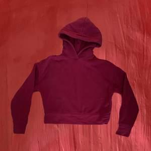 Jättemysig röd hoodie, sitter typ under naveln så visar lite mage ❤️