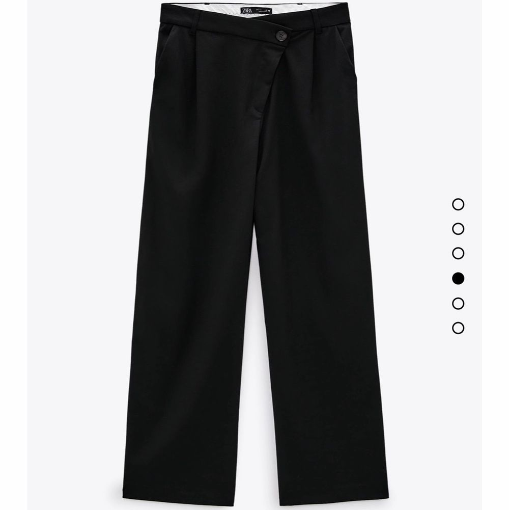 FULL LENGTH ASYMMETRIC TROUSERS                      Säljer helt nya och slutsålda kostymbyxor från ZARA som är köpta för 360 kr. Säljer dem pga dem är för långa och för stora för mig som är 158 cm lång. Dem är i minsta storleken, XS, men skulle nog säga att dem är S. Vid mycket intresse så blir det bud . kom privat om fler bilder eller frågor ❣️                           ✨FRAKT TILLKOMMER PÅ 66 KR✨. Jeans & Byxor.