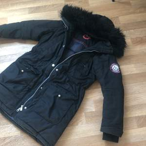 Super fin vinterjacka med svart päls, andvänd endast i 1 månad