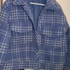 Vår jacka från Monki, fin och sparsamt använd 😍🥰  sitter oversize