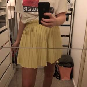 Somrig fil kjol som tyvär inte kommer till någon användning. Inga fläckar eller hål finns. Storlek S men väldigt stretchig så passar även M. Kontakta privat, budgivning om för är intresserade✨✨
