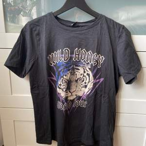 Cool t-shirt från Gina Tricot, använd men i fint skick. Storlek L men skulle säga att den även passar M. 50 kr, köparen står för frakten.