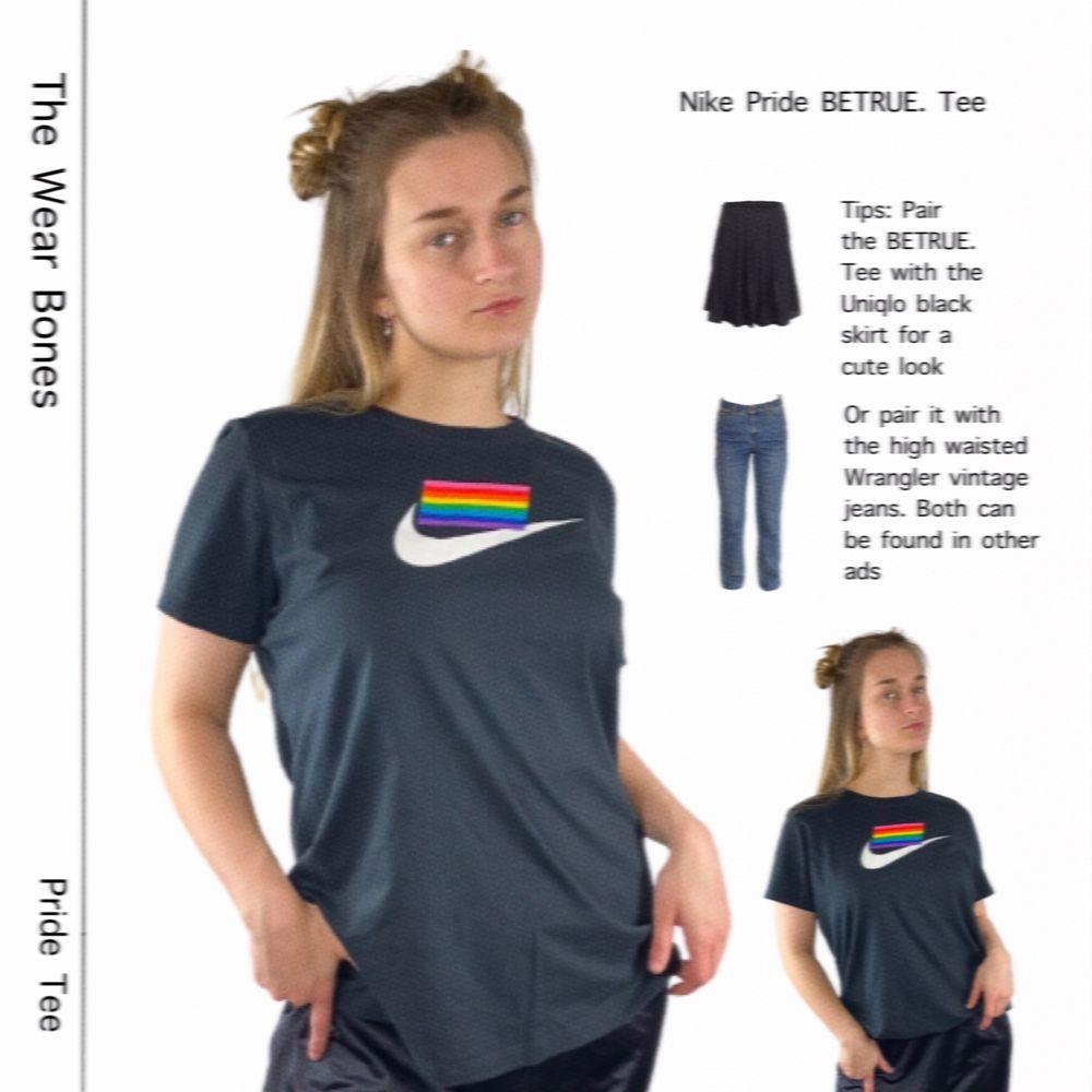 Nike pride t-shirt från kollektionen BETRUE. 2019. Är inte längre tillgänglig på Nike's hemsida. I absolut toppenskick! Storlek XL. 100% cotton. Axel till axel 40cm, längd 69cm och tröjans bredd 55cm. SafePay knappen är aktiverad så det går att köpa direkt utan att behöva meddela! Tar annars swish! Spårbar frakt på 66kr är inräknad i priset och SafePay tar 10% av betalningen. Tyvärr kostar det lite extra då jag alltid kommer skicka spårbart och ta safepay för bådas säkerhet. T-shirts.