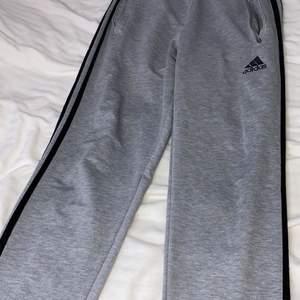 Adidas byxor som är raka hela vägen ned. Inget fel med byxorna förutom att dragkedjan har en aning gått sönder, men går fortfarande att dra upp / ned fickan, så att den öppnas och stängs. Skulle säga att byxorna passar någon som är 150 - 156 cm lång.