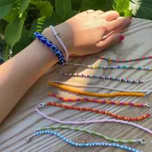 handgjorda armband, halsband eller fotlänkar där ni själva kan välja mått, färg, pärlor osv! 💖🧡 Första bilden visar de lite större pärlorna som kostar 35kr. Andra bilden visar de lite mindre som kostar 25! De blå evil-eye pärlorna kostar 50kr.💙 (gäller armband och fotlänkar) Smiley eller silvrig/guldig stjärna kostar 5kr extra ⭐️ Halsband kostar 40 med små pärlor och 50 med stora pärlor. Skriv för bättre bilder på pärlorna då allt inte fick plats i annonsen!