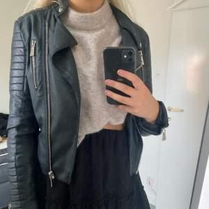 """Säljer min svarta väldigt populära skinnjacka ifrån Chiquelle i modellen """"Moto Jacket"""", storlek 38! Nypris 699kr på hemsidan!"""