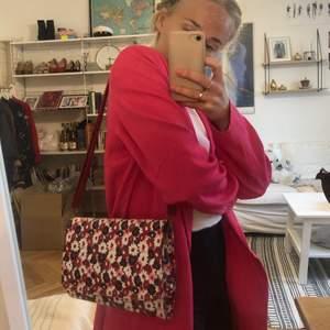Skitsöt handväska i blommönster! Reglerbara band. Två fack inuti 🌸💗