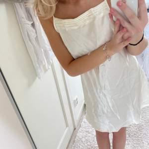 Klänning i silke liknande material🤍🤍 går att använda som vanlig klänning eller som underklänning