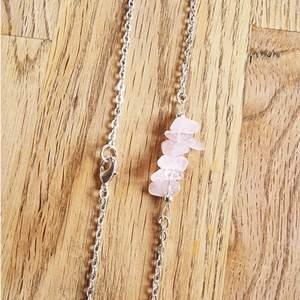 Halsband med kedja och kristaller avrosenkvarts. Halsbandet är ca 19 cm långt och går att justera om man vill att det ska sitta lite tajtare.   Kedja och detaljer går att få i färgerna: silver, guld och rose.   Skickas i vadderat kuvert via postnord.