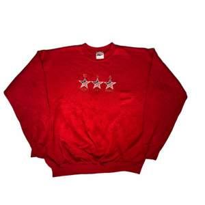 God bless America. En riktigt amerikansk sweatshirt med ett fint rött tyg som är relativt tjockt. Köpt på tjmaxx o USA